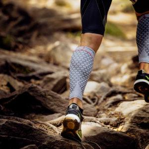Pessoa usando meia de compressão para praticar atividade física