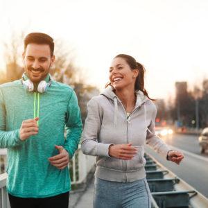 Imagem de um casal praticando corrida de rua