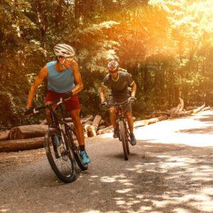 Dois ciclistas praticando ciclismo MTB.