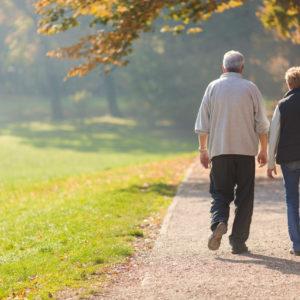 idosos-caminhando