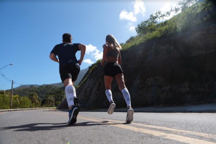 As meias de compressão esportivas ajudam a reduzir câimbras