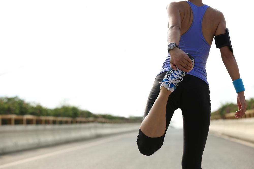 Fazer alongamento antes e depois de exercícios ajuda a aliviar a dor
