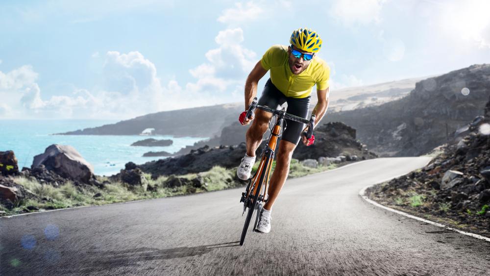 As meias de compressão trazem diversos benefícios para ciclistas.